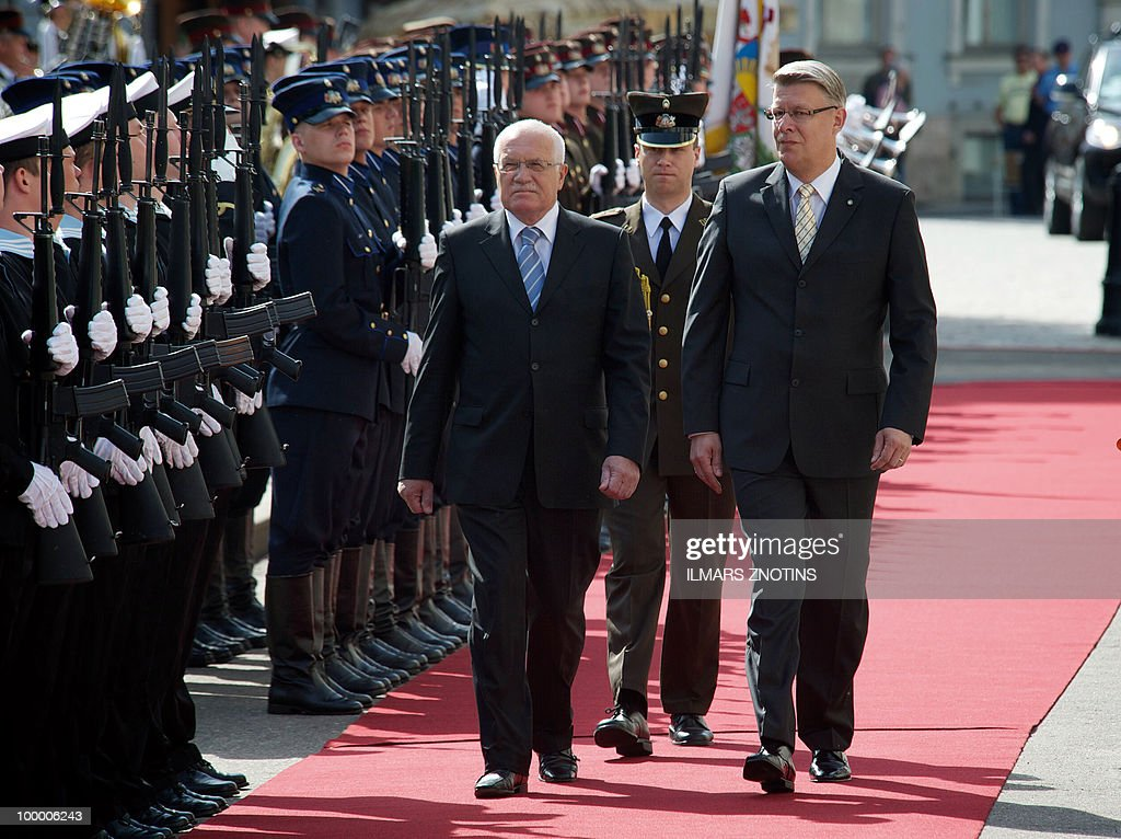 Czech President Vaclav Klaus (3rd R) and his Latvian counterpart Valdis Zatlers (R) review an honor guard on 20 May, 2010 before their meeting in Riga.