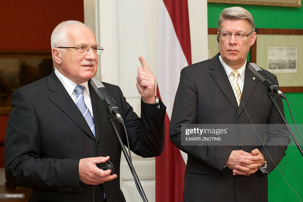 Czech President Vaclav Klaus (L) and his Latvian counterpart Valdis Zatlers give a joint press conference on May 20, 2010 after their meeting in Riga. The Czech President is on two-day official visit to Latvia.