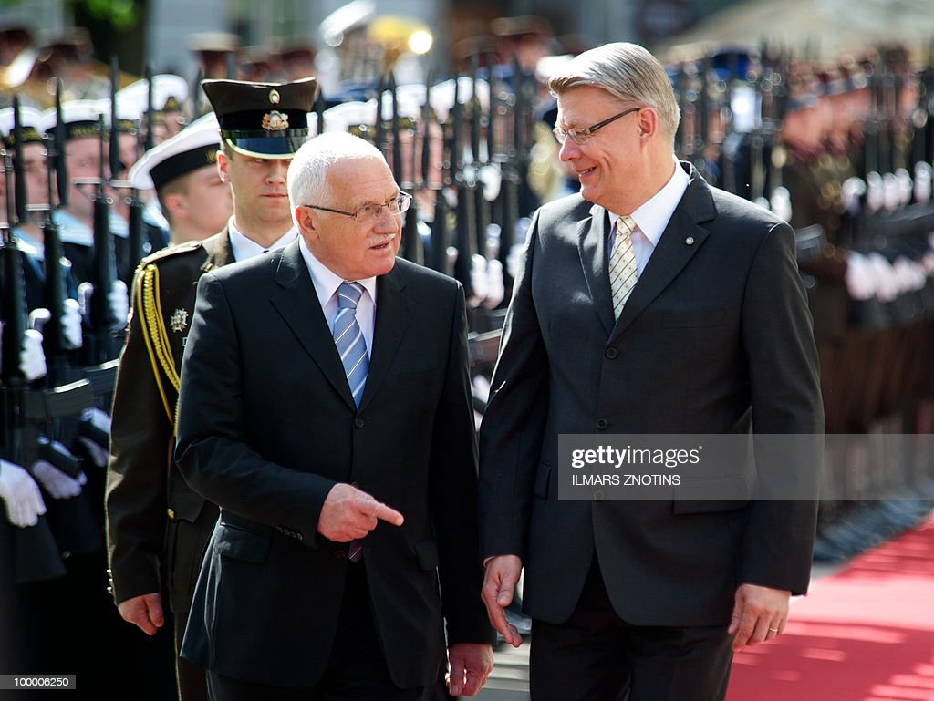 Czech President Vaclav Klaus (3rd R) and his Latvian counterpart Valdis Zatlers (R) discuss while reviewing an honor guard on 20 May, 2010 before their meeting in Riga.