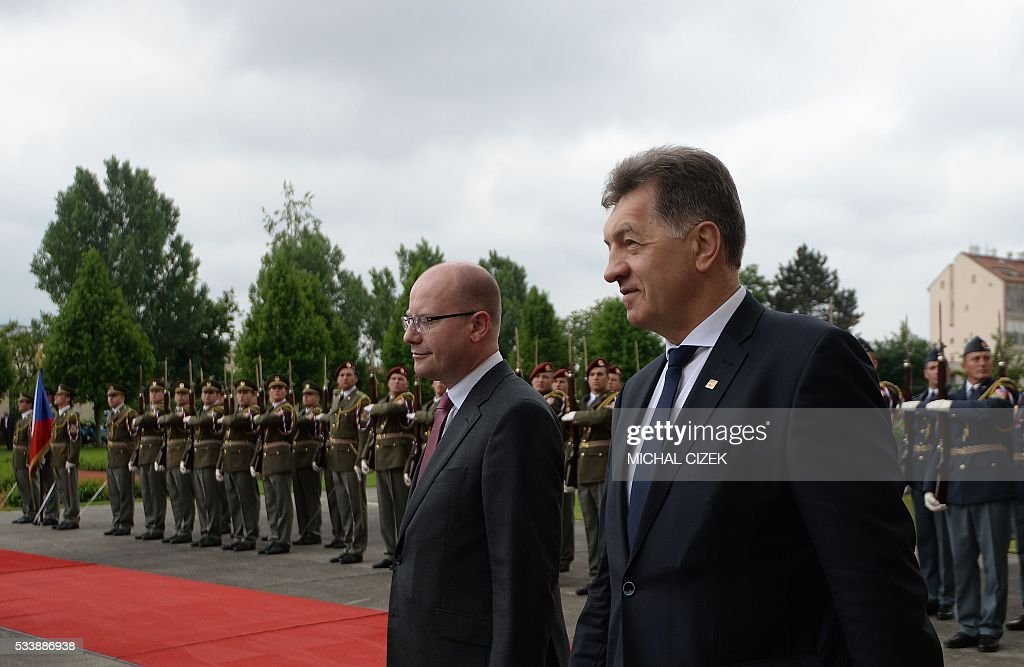 Czech Prime Minister Bohuslav Sobotka (L) and his Lithuanian counterpart Algirdas Butkevicius review a guard of honor prior to talks on May 24, 2016 in Prague. / AFP / Michal Cizek