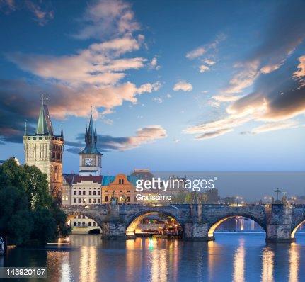 Puente charles en praga, República Checa al amanecer