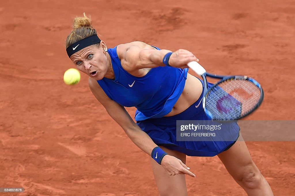 Czech Republic's Lucie Safarova serves the ball to Australia's Samantha Stosur during their women's third round match at the Roland Garros 2016 French Tennis Open in Paris on May 27, 2016. / AFP / Eric FEFERBERG