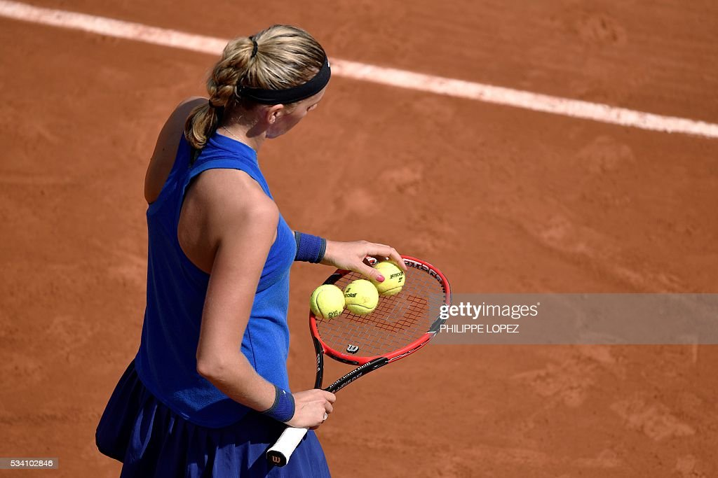 Czech Republic's Petra Kvitova prepares to serve the ball to Taiwan's Su-Wei Hsieh during their women's second round match at the Roland Garros 2016 French Tennis Open in Paris on May 25, 2016. / AFP / PHILIPPE
