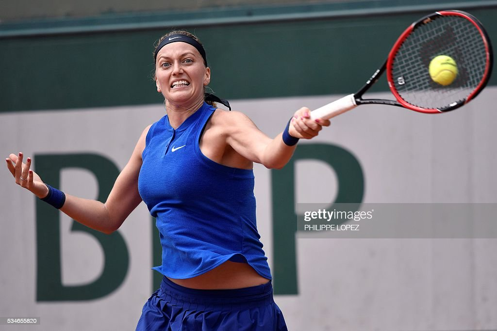 Czech Republic's Petra Kvitova returns the ball to US player Shelby Rogers during their women's third round match at the Roland Garros 2016 French Tennis Open in Paris on May 27, 2016. / AFP / PHILIPPE