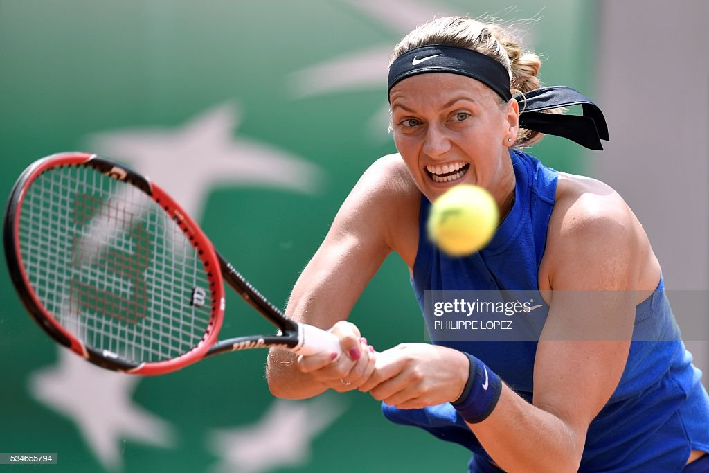 Czech Republic's Petra Kvitova returns the ball US player Shelby Rogers during their women's third round match at the Roland Garros 2016 French Tennis Open in Paris on May 27, 2016. / AFP / PHILIPPE