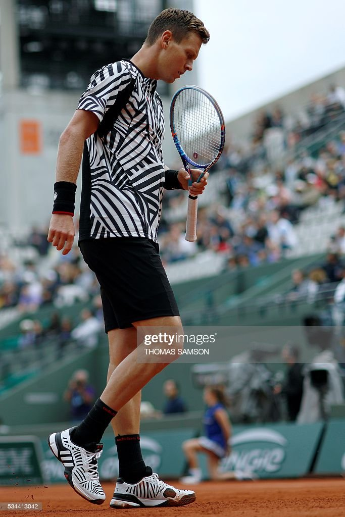 Czech Republic's Tomas Berdych reacts during his men's second round match against Tunisia's Malek Jaziri at the Roland Garros 2016 French Tennis Open in Paris on May 26, 2016. / AFP / Thomas SAMSON