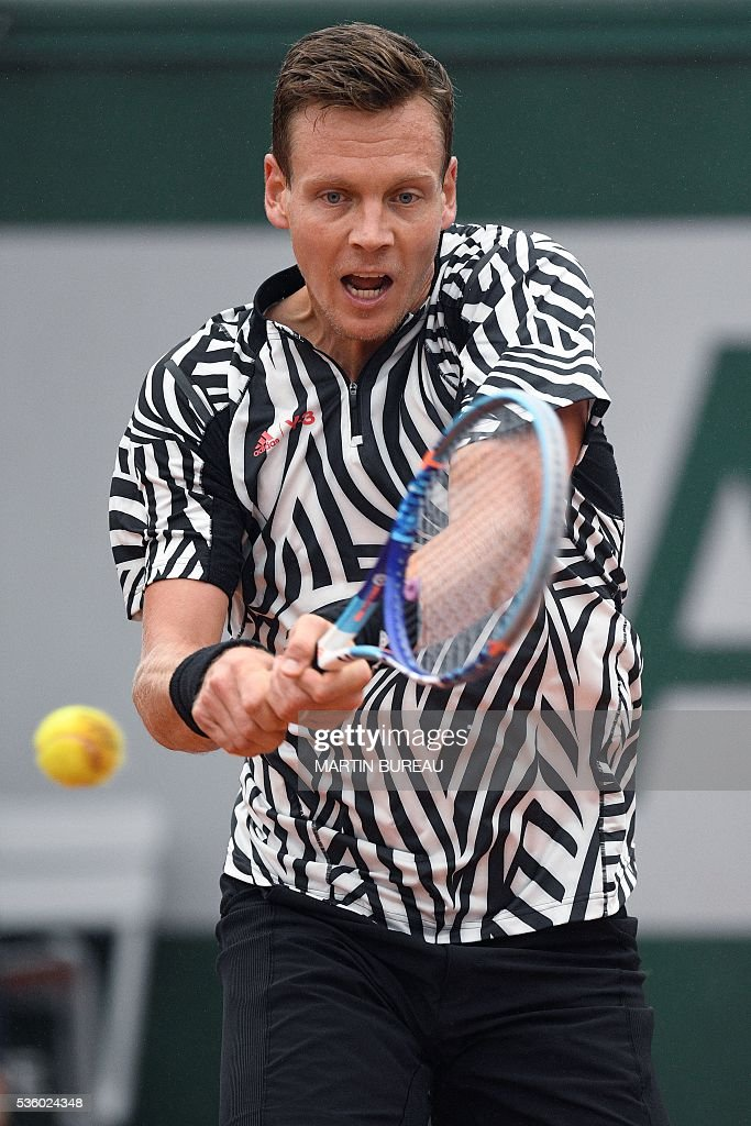 Czech Republic's Tomas Berdych returns the ball to Spain's David Ferrer during their men's fourth round match at the Roland Garros 2016 French Tennis Open in Paris on May 31, 2016. / AFP / MARTIN