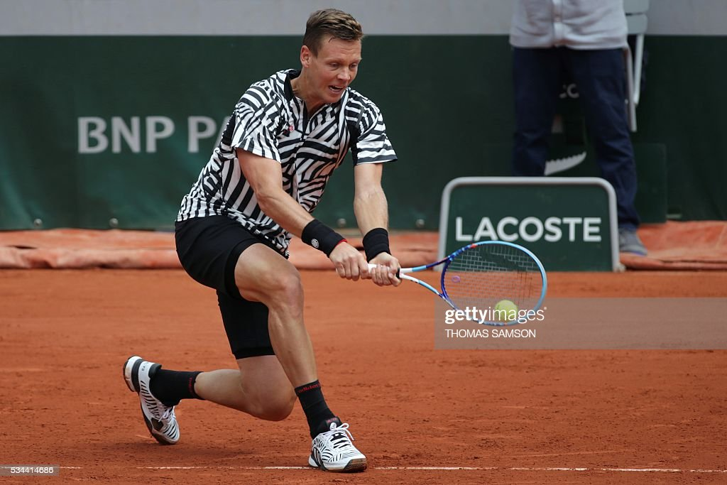 Czech Republic's Tomas Berdych returns the ball to Tunisia's Malek Jaziri during their men's second round match at the Roland Garros 2016 French Tennis Open in Paris on May 26, 2016. / AFP / Thomas SAMSON
