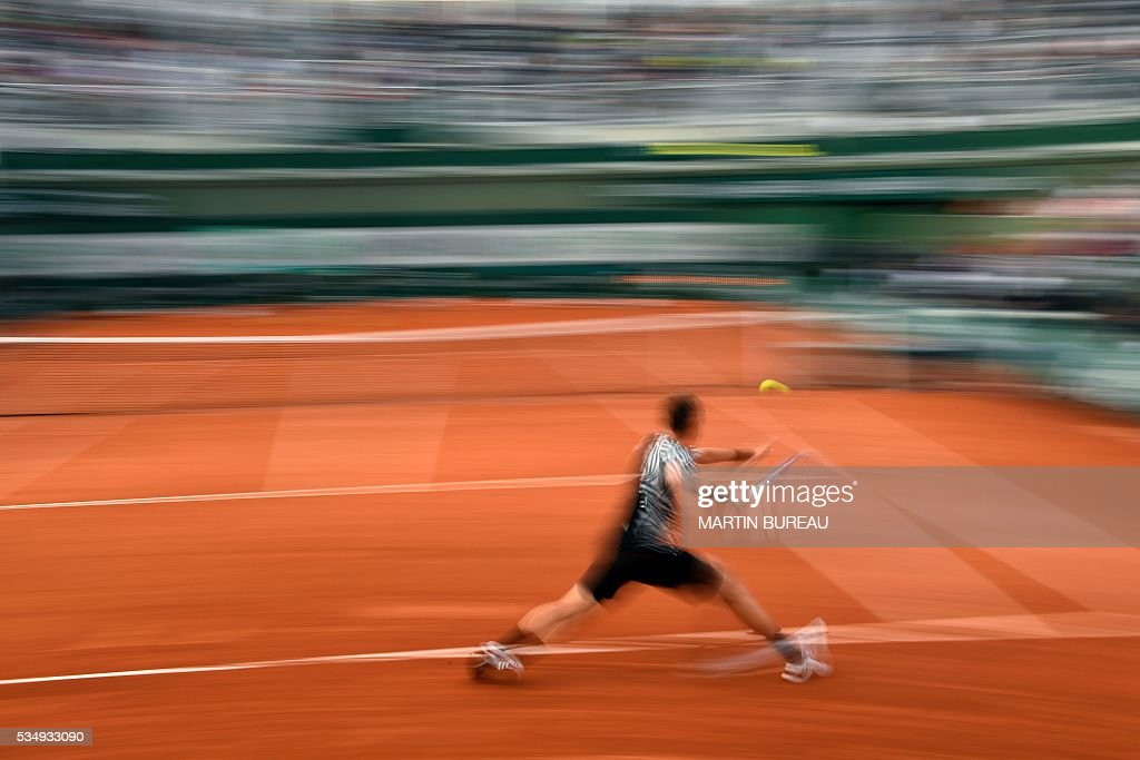 Czech Republic's Tomas Berdych returns the ball to Uruguay's Pablo Cuevas during their men's third round match at the Roland Garros 2016 French Tennis Open in Paris on May 28, 2016. / AFP / MARTIN