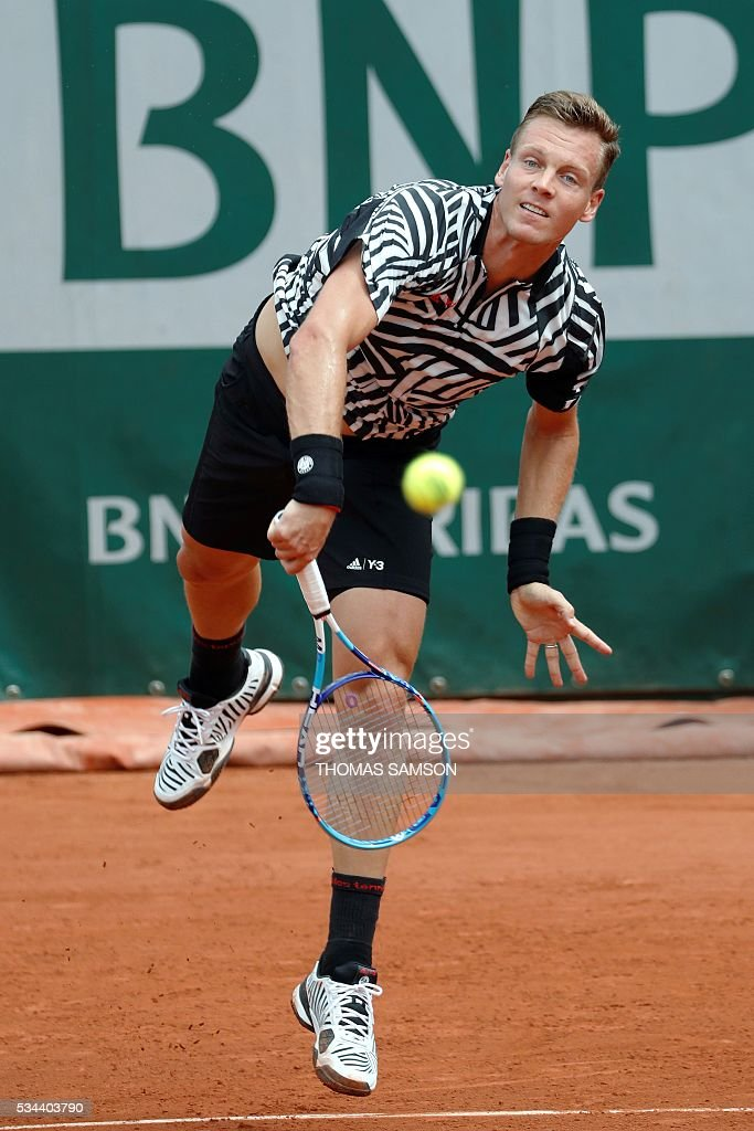 Czech Republic's Tomas Berdych serves the ball to Tunisia's Malek Jaziri during their men's second round match at the Roland Garros 2016 French Tennis Open in Paris on May 26, 2016. / AFP / Thomas SAMSON