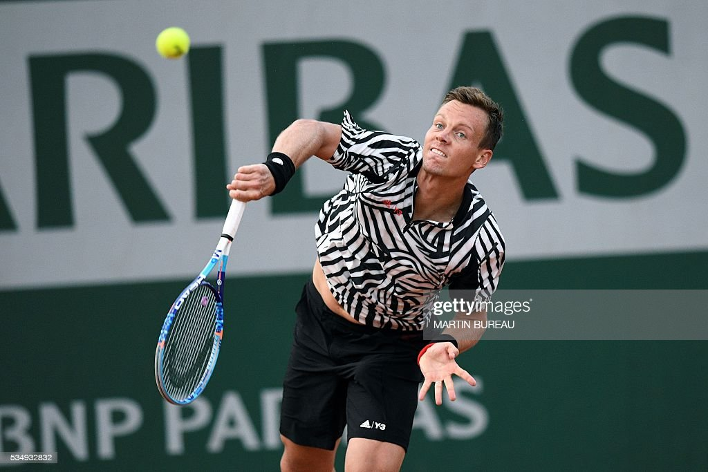 Czech Republic's Tomas Berdych serves the ball to Uruguay's Pablo Cuevas during their men's third round match at the Roland Garros 2016 French Tennis Open in Paris on May 28, 2016. / AFP / MARTIN