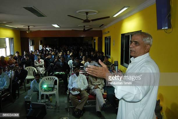 Dabbawala makes a presentation for MBA students at Aggrawal Classes Vikhroli
