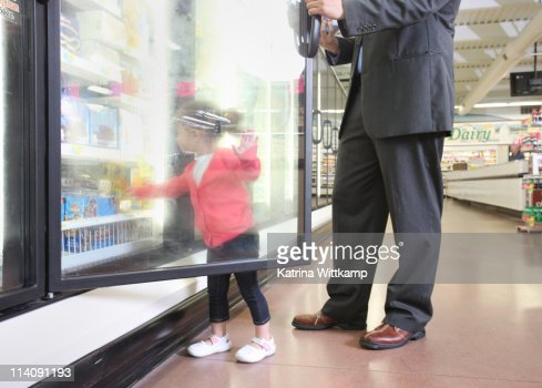 Dad and daughter at grocery store. : Stock-Foto