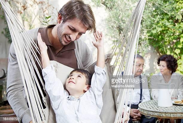 Padre e figlio giocano insieme