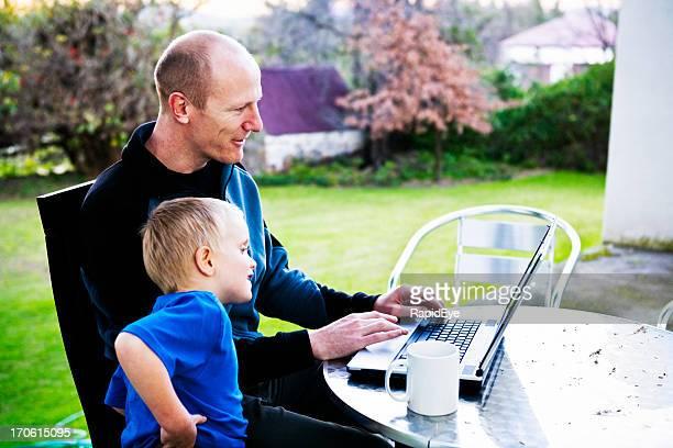 Père et fils avec ordinateur (série