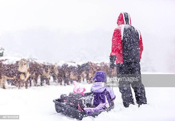 Figlie di papà & controllare le mucche in tempesta di neve