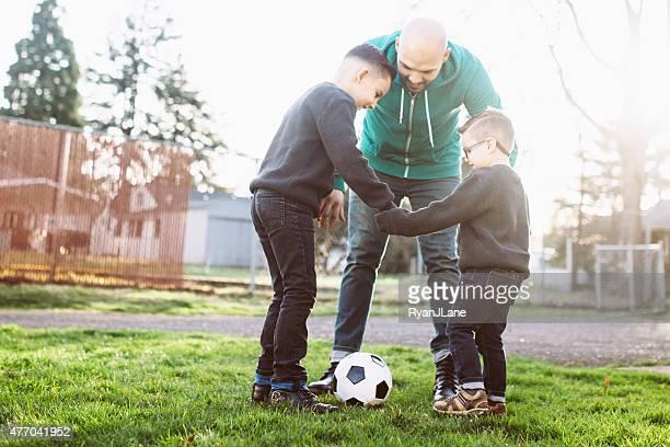 Vater Fußball spielen mit Seine Söhne