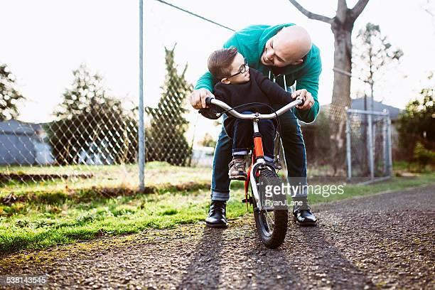 Père Fils d'enseignement à vélo Ride