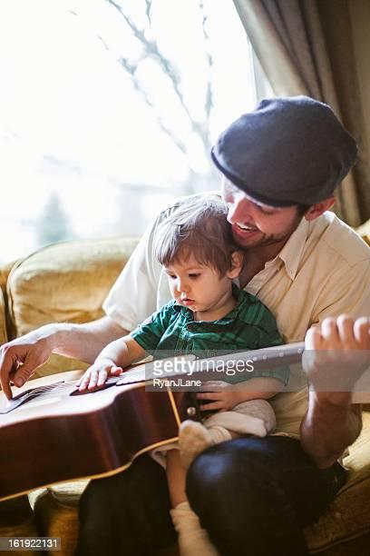 Vater Lehre Kleinkinder spielen Instrument