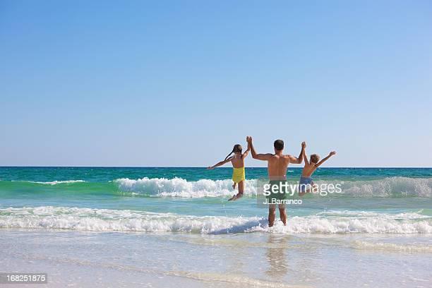 Papa et les enfants à la plage
