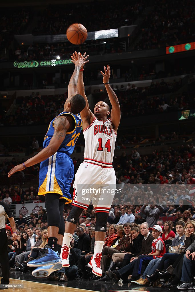 Daequan Cook #14 of the Chicago Bulls shoots against Kent Bazemore #20 of the Golden State Warriors on January 25, 2012 at the United Center in Chicago, Illinois.