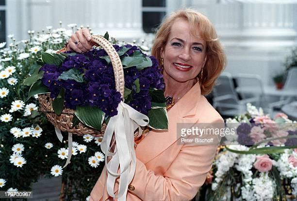 Dagmar Koller 'FleuropLady 1996' Eliza Doolittle in 'My fair Lady' Veilchen Blumen Sängerin Schauspielerin Promis Prominente Prominenter