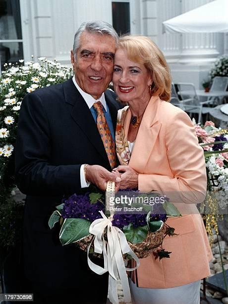 Dagmar Koller mit Ehemann Dr Helmut Zilk 'FleuropLady 1996' Eliza Doolittle in 'My fair Lady' Sängerin Schauspielerin Paar Blumen Krawatte Promis...