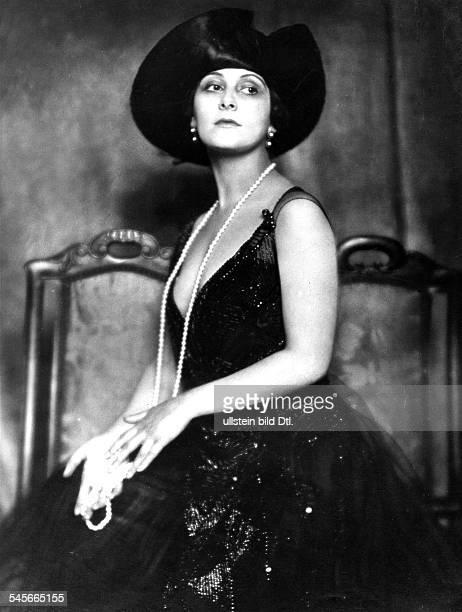 Dagover Lil *30091887Schauspielerin D in einem schwarzen Abendkleid mitPerlenstickerei mit Hut und Perlenkette 1919Foto Karl Schenkererschienen Dame...