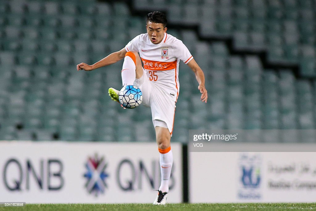 Dai Lin #35 of Shandong Luneng kicks the ball during the AFC Champions League match between Sydney and Shandong Luneng at Allianz Stadium on May 25, 2016 in Sydney, Australia.