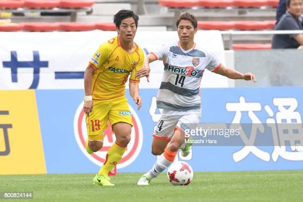 Daichi Kawashima of Giravanz Kitakyushu and Hiroshi Azuma of AC Nagano Parceiro compete for the ball during the JLeague J3 match between Giravanz...