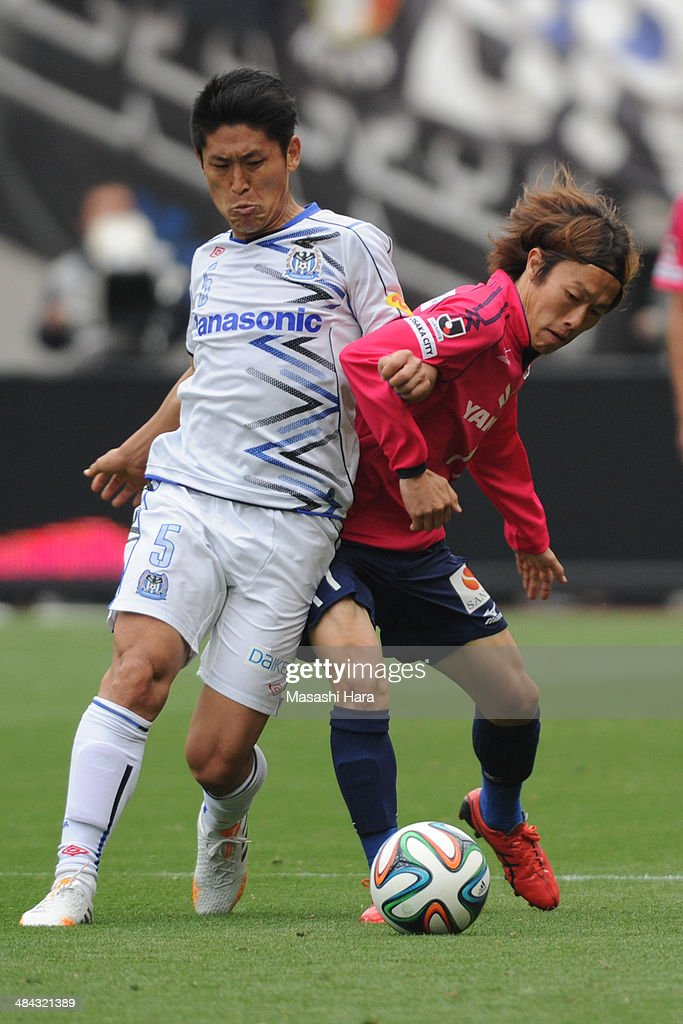 Daiki Niwa #5 of Gamba Osaka (L) and Jumpei Kusukami #11 of Cerezo Osaka compete for the ball during the J.League match between Cerezo Osaka and Gamba Osaka at Nagai Stadium on April 12, 2014 in Osaka, Japan.