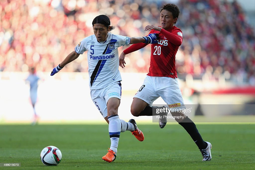<a gi-track='captionPersonalityLinkClicked' href=/galleries/search?phrase=Daiki+Niwa&family=editorial&specificpeople=7755342 ng-click='$event.stopPropagation()'>Daiki Niwa</a> of Gamba Osaka and <a gi-track='captionPersonalityLinkClicked' href=/galleries/search?phrase=Tadanari+Lee&family=editorial&specificpeople=4172160 ng-click='$event.stopPropagation()'>Tadanari Lee</a> of Urawa Red Diamonds compete for the ball during the J.League 2015 Championship semi final match between Urawa Red Diamonds and Gamba Osaka at the Saitama Stadium on November 28, 2015 in Saitama, Japan.