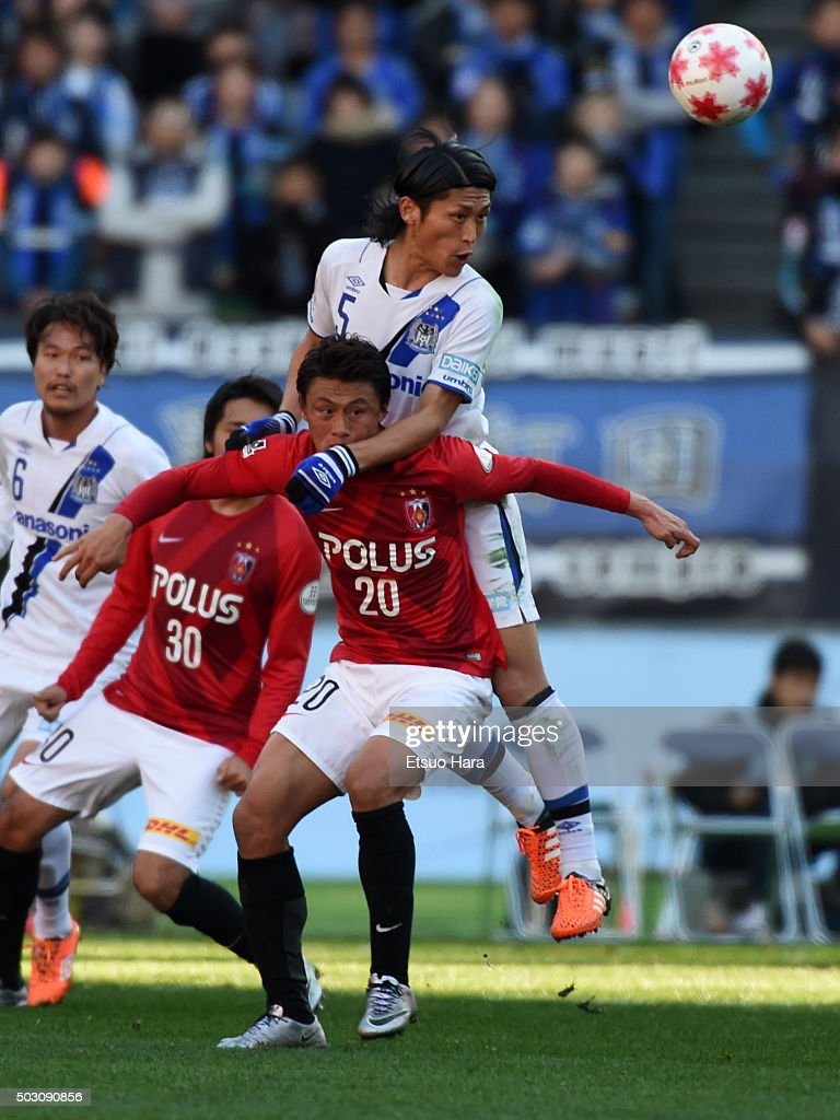 <a gi-track='captionPersonalityLinkClicked' href=/galleries/search?phrase=Daiki+Niwa&family=editorial&specificpeople=7755342 ng-click='$event.stopPropagation()'>Daiki Niwa</a> of Gamba Osaka and <a gi-track='captionPersonalityLinkClicked' href=/galleries/search?phrase=Tadanari+Lee&family=editorial&specificpeople=4172160 ng-click='$event.stopPropagation()'>Tadanari Lee</a> of Urawa Red Diamonds#20 compete for the ball during the 95th Emperor's Cup final between Urawa Red Diamonds and Gamba Osaka at Ajinomoto Stadium on January 1, 2016 in Chofu, Tokyo, Japan.