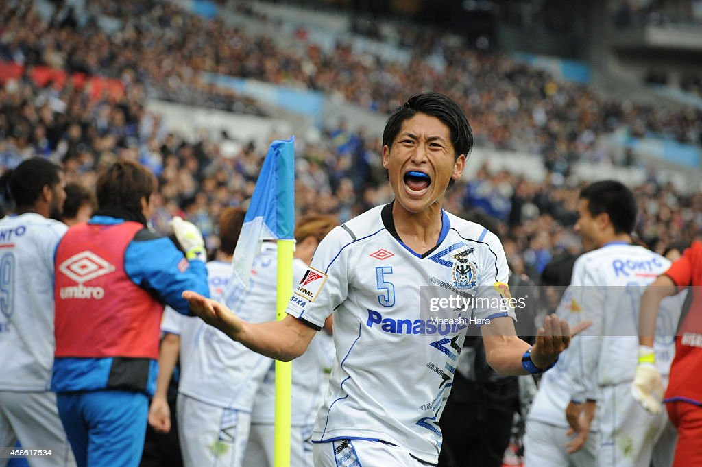 <a gi-track='captionPersonalityLinkClicked' href=/galleries/search?phrase=Daiki+Niwa&family=editorial&specificpeople=7755342 ng-click='$event.stopPropagation()'>Daiki Niwa</a> #5 of Gamba Osaka celebrates their third goal during the J.League Yamazaki Nabisco Cup final match between Gamba Osaka and Sanfrecce Hiroshima at Saitama Stadium on November 8, 2014 in Saitama, Japan.