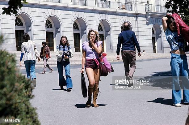 Daily Life In The United States Aux EtatsUnis en septembre 1976 une femme vêtue d'un gilet sans manches d'un short et chaussée de bottes en daim...