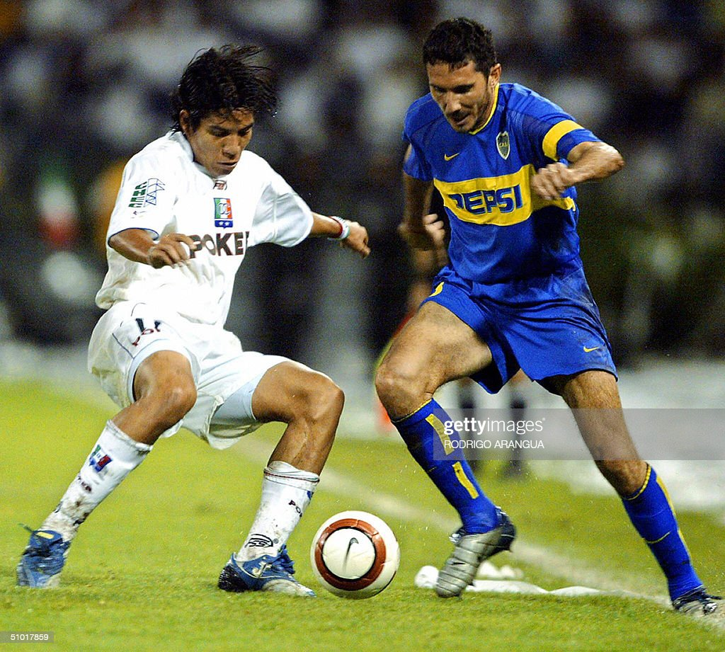 Dairo Moreno of Colombia's Once Caldas vies for the ball with Argentina's Boca Juniors Diego Cana 01 July 2004 in Manizales during the Libertadores...