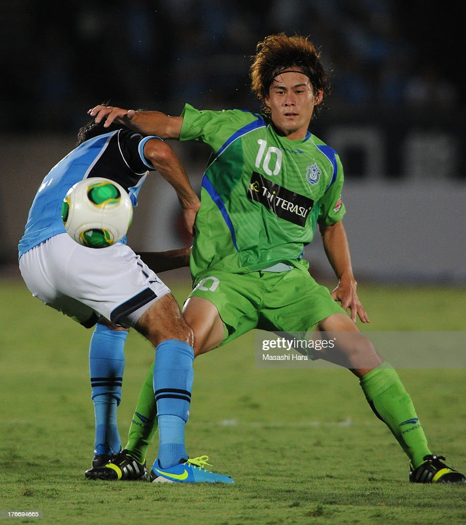 Daisuke Kikuchi #10 of Shonan Bellmare in action during the J.League match between Shonan Bellmare and Jubilo Iwata at BMW Stadium Hiratsuka on August 17, 2013 in Hiratsuka, Kanagawa, Japan.