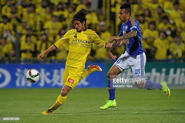 Daisuke Suzuki of Kashiwa Reysol in action during the J League match between Kashiwa Reysol and Vegalta Sendai at Hitachi Kashiwa Soccer Stadium on...