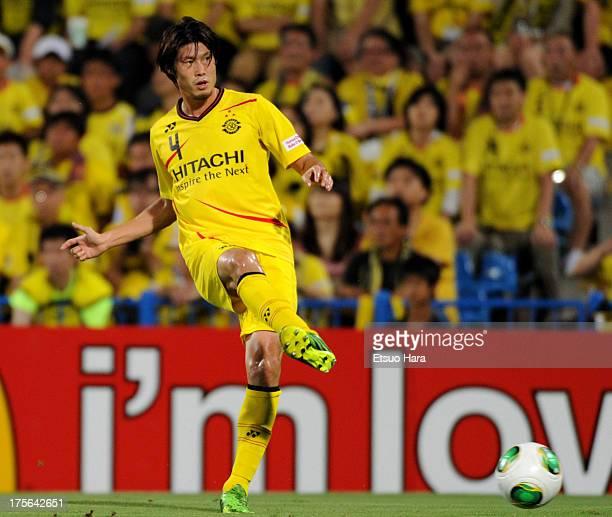 Daisuke Suzuki of Kashiwa Reysol in action during the JLeague match between Kashiwa Reysol and Sagan Tosu at Hitachi Kashiwa Soccer Stadium on August...