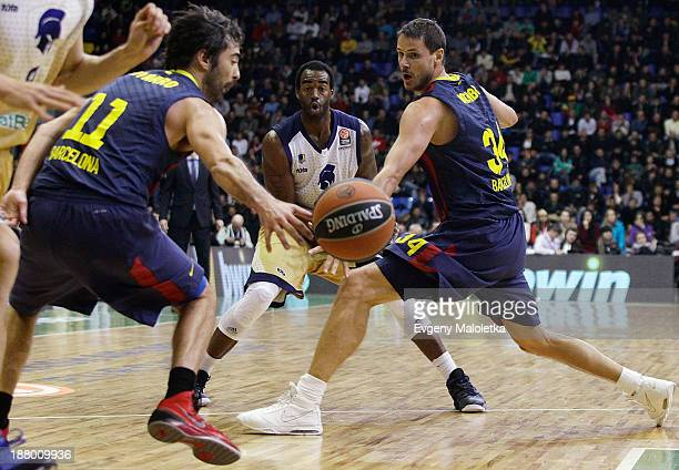 Dajuan Summers #35 of Budivelnik Kiev competes with Bostjan Nachbar #34 and Juan Carlos Navarro #11 of FC Barcelona during the 20132014 Turkish...