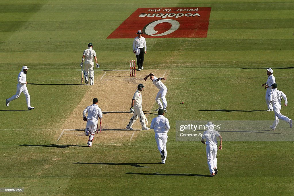 <a gi-track='captionPersonalityLinkClicked' href=/galleries/search?phrase=Dale+Steyn&family=editorial&specificpeople=649553 ng-click='$event.stopPropagation()'>Dale Steyn</a> of South Africa celebrates taking the wicket of <a gi-track='captionPersonalityLinkClicked' href=/galleries/search?phrase=Ricky+Ponting&family=editorial&specificpeople=176564 ng-click='$event.stopPropagation()'>Ricky Ponting</a> of Australia during day three of the Second Test Match between Australia and South Africa at Adelaide Oval on November 24, 2012 in Adelaide, Australia.