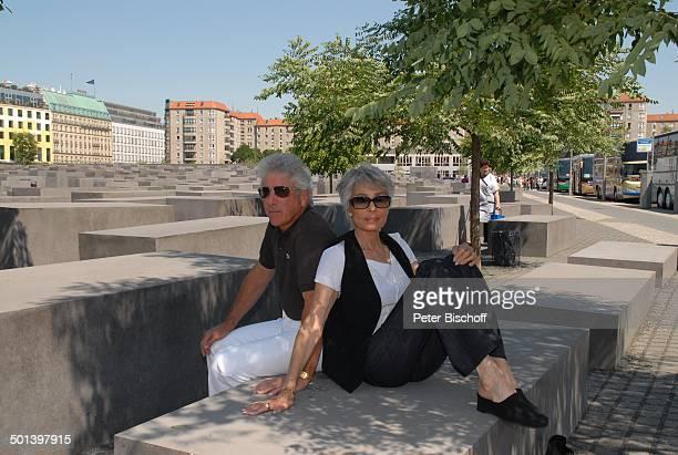 Daliah Lavi Ehemann Chuck Gans HolocaustDenkmal 'Stelenfeld' für die ermorderten Juden Europa Berlin Deutschland Europa Sonnenbrille Sängerin...