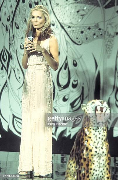 Daliah Lavi PersonalityTVShow 'Daliah Lavi CafŽ Decadence' Hamburg Deutschland Europa TVStudio Bühne Auftritt Mikrofon Leopard Sängerin...