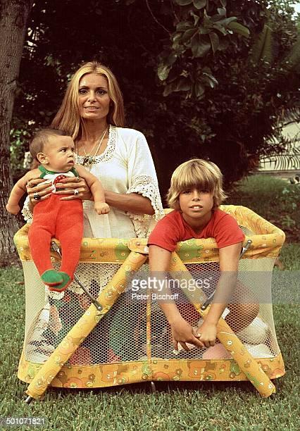 Daliah Lavi Sohn Alexander Sohn Rouven Garten Homestory Miami Florida USA Nordamerika Laufstall Puppe Kuscheltier Kind Baby Sängerin ExSchauspielerin...