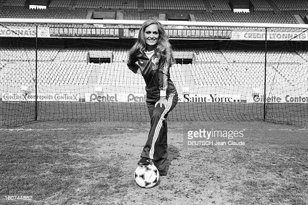 Dalida Sings For The French Soccer Team 29 mars 1982 la chanteuse DALIDA et la présentatrice Denise Fabre s'opposent pour la chanson officielle de...