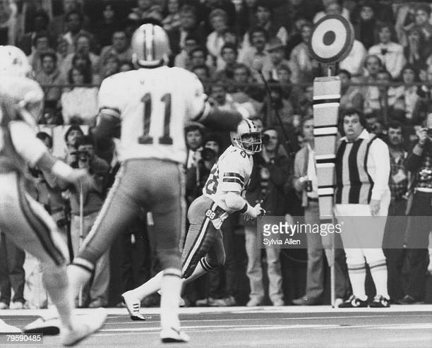 Dallas Cowboys quarterback Danny White throws a pass to wide receiver Drew Pearson during the Cowboys 3017 victory over the Tampa Bay Buccaneers in...