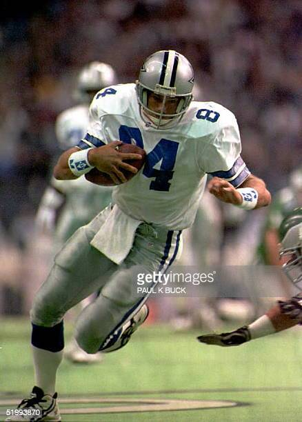 Dallas Cowboys tight end Jay Novacek eludes a Philadelphia Eagle linebacker en route to a first down during early action at Texas Stadium in Irving...