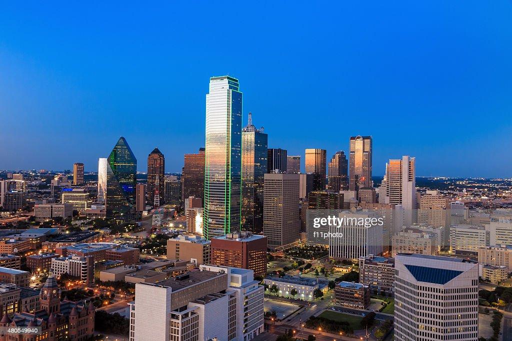 Dallas, Texas paisagem urbana com céu azul ao pôr do sol : Foto de stock