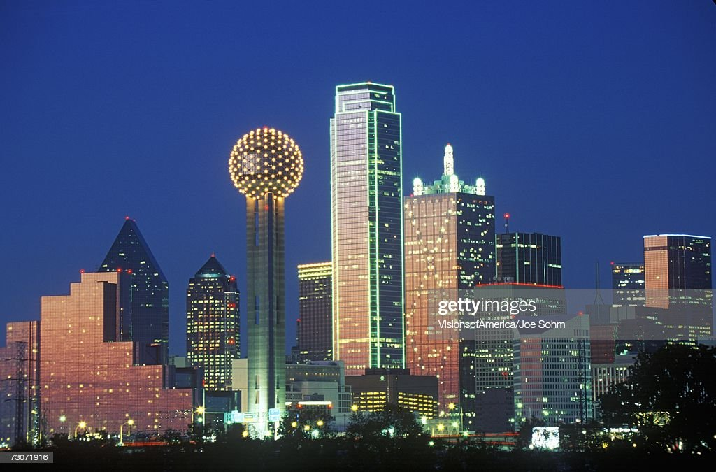 'Dallas, TX skyline at night with Reunion Tower' : Stock Photo