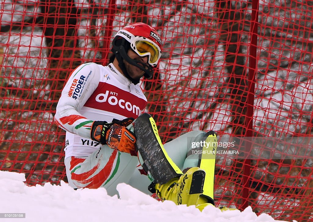 Dalllbor Samsal of Hungary checks his right knee after falling on the course during the FIS Ski World Cup 2015/2016 men's slalom competition first run at the Naeba ski resort in Yuzawa town, Niigata prefecture on February 14, 2016. AFP PHOTO / TOSHIFUMI KITAMURA / AFP / TOSHIFUMI KITAMURA